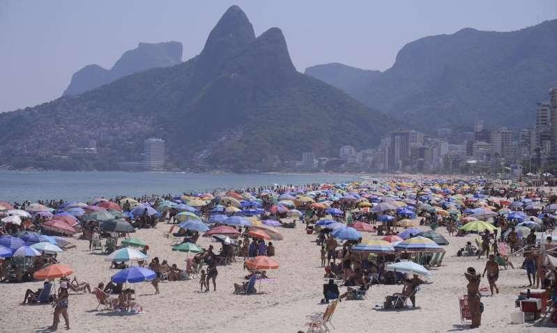 Em dia de calor, praias cariocas registram aglomeração