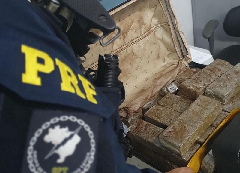 PRF prende casal em Paraíso com quase 50kg de maconha em ônibus