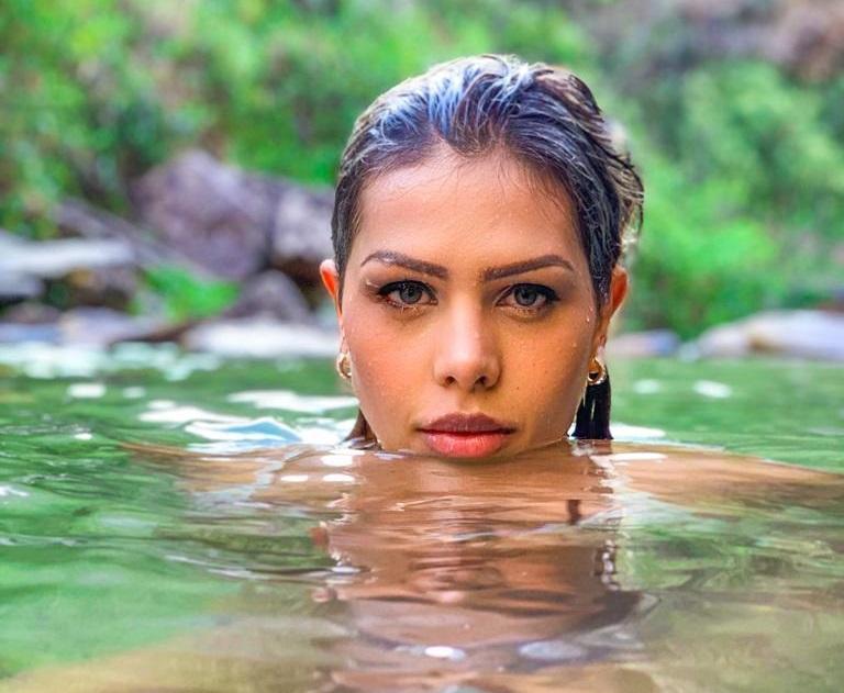 Vivian Drenner publica ensaio sensual em meio à natureza toda natural