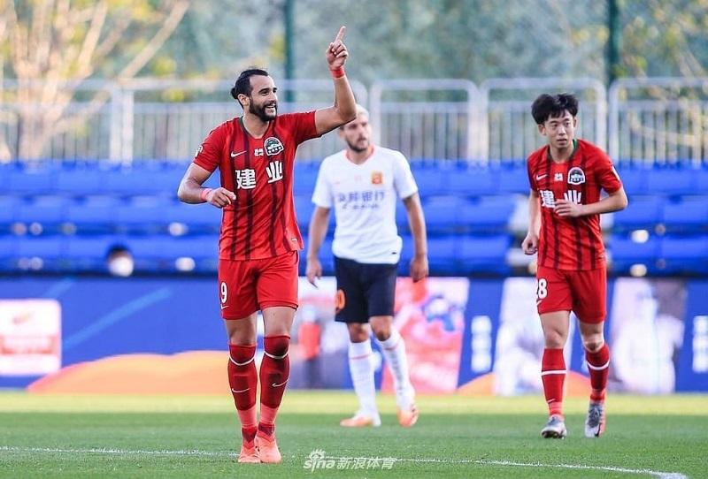 Henrique Dourado faz gol da vitória do Henan Jianye, após perder pênalti
