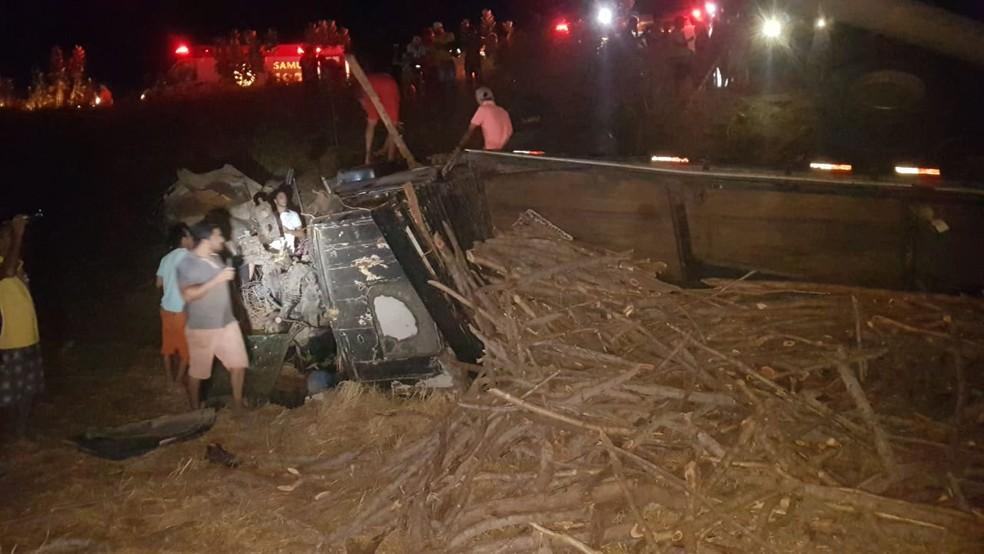 Grave acidente entre carreta e dois carros deixa mortos e feridos no Ceará