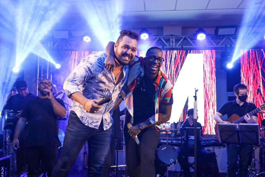 Show de Mumuzinho marca noite de festa luxuosa do empresário Edu Muniz