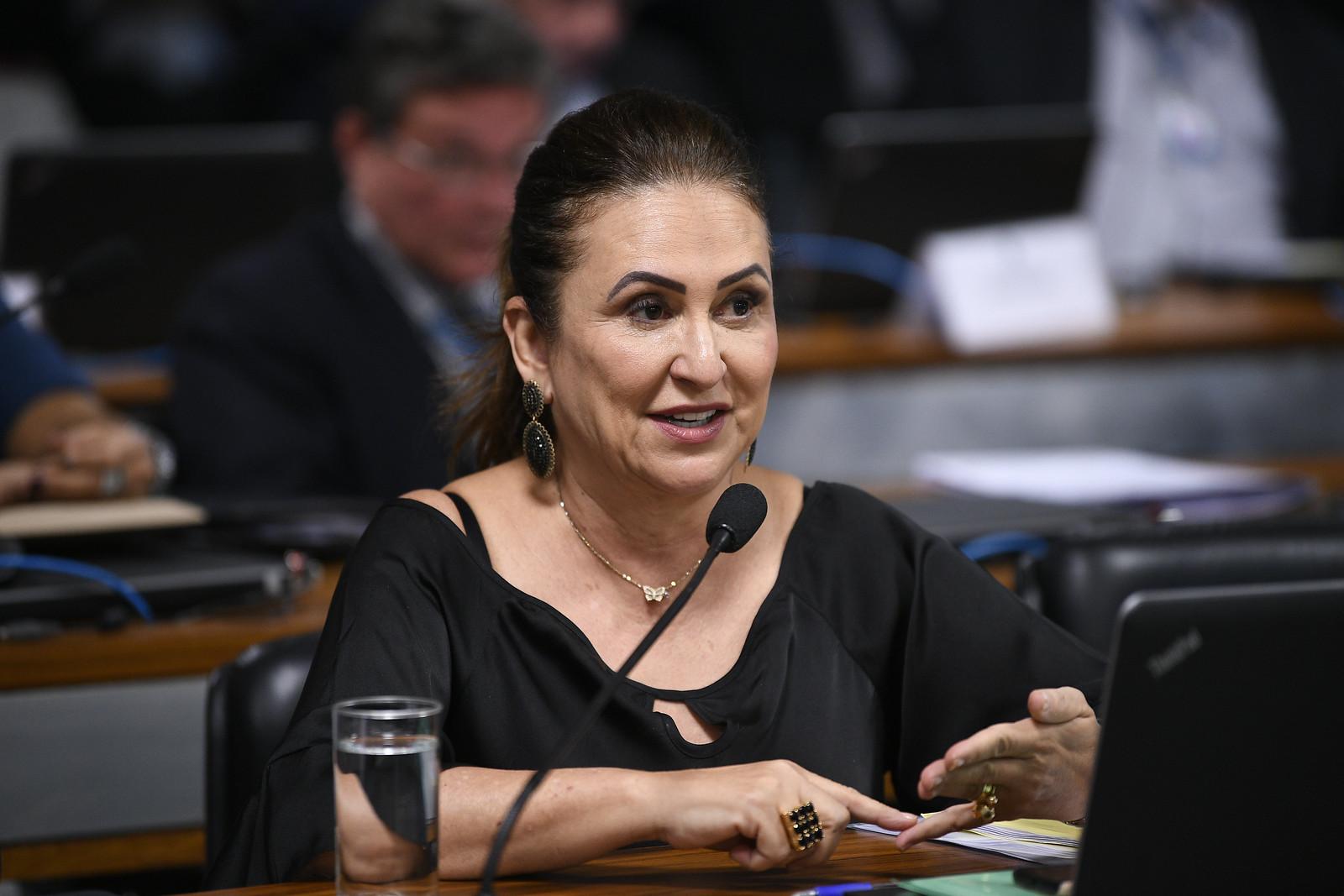 Exames de Kátia Abreu mostram evolução positiva, segundo boletim