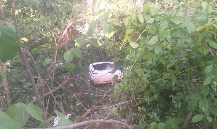 Motorista perde controle e caminhonete cai em barranco na TO-080, entre Paraíso e Monte Santo
