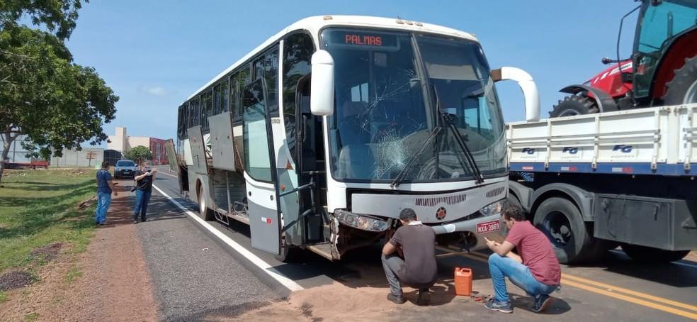 Motociclista fica ferida após colidir com ônibus na TO-080, entre Palmas e Paraíso