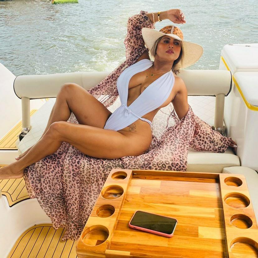 Musa Fitness Miuke Sant ostenta shape perfeito em férias na Bahia