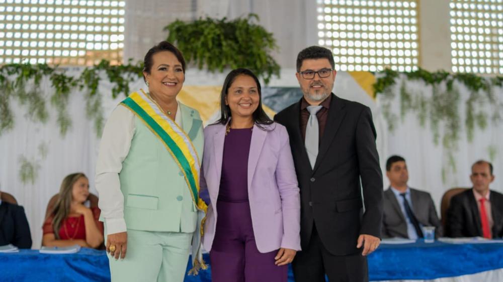 Primeira mulher eleita prefeita de Monte Santo, Nezita Martins toma posse