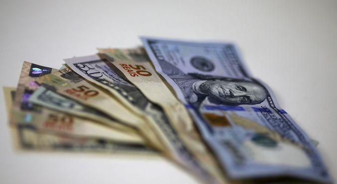 Dólar tem leve alta em meio a cautela internacional