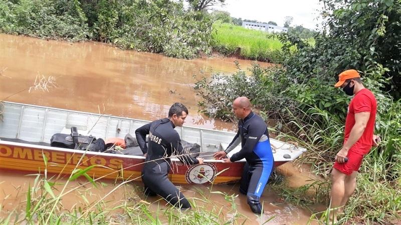 Com visibilidade zero, bombeiros militares recuperam corpo de pescador desaparecido no Rio Lontra em Araguaína