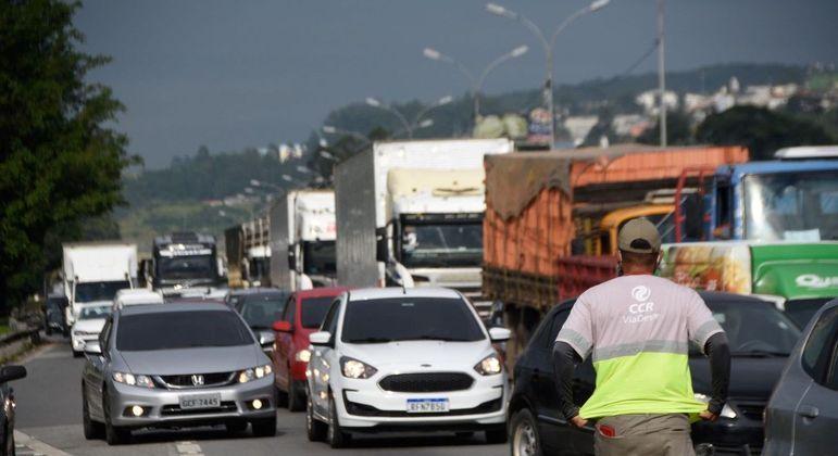 Caminhoneiros fazem protestos, mas fluxo segue normal em rodovias federais