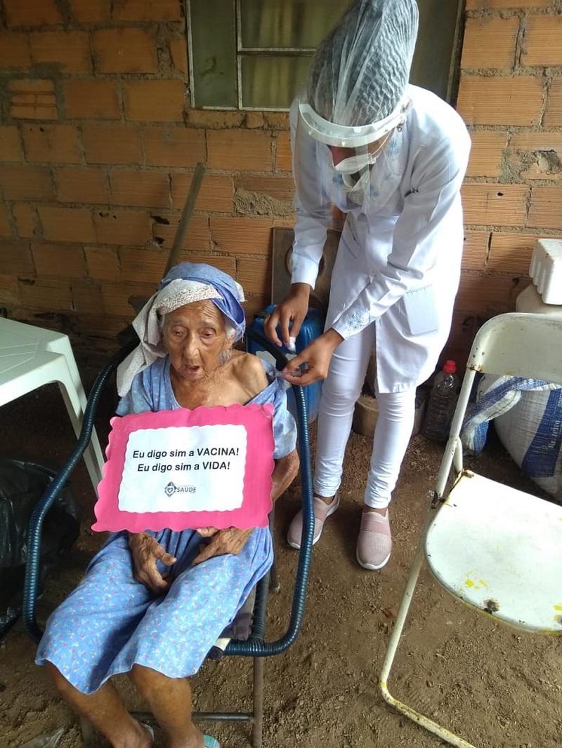 Idosa de 110 anos recebe 1ª dose da vacina contra a Covid-19 em Cristalândia