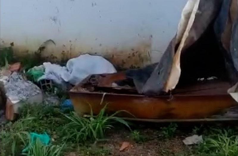 Caixão abandonado é encontrado na entrada de cemitério em Dianópolis