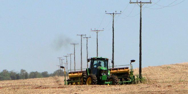 Manusear equipamentos agrícolas pede atenção redobrada com a rede elétrica