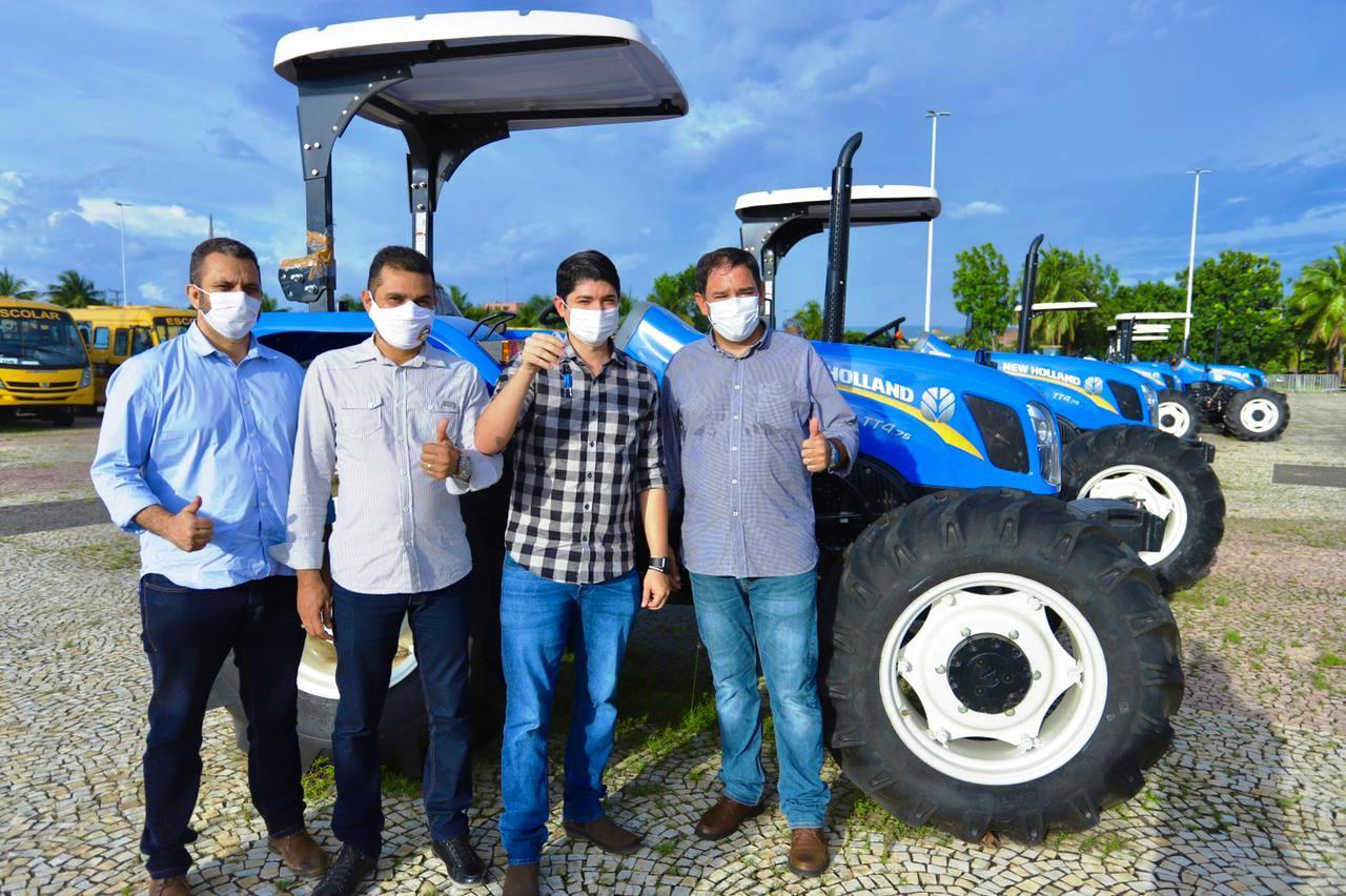 Prefeito Celso Morais recebe máquinas pesadas para trabalhos na rurais em Paraíso