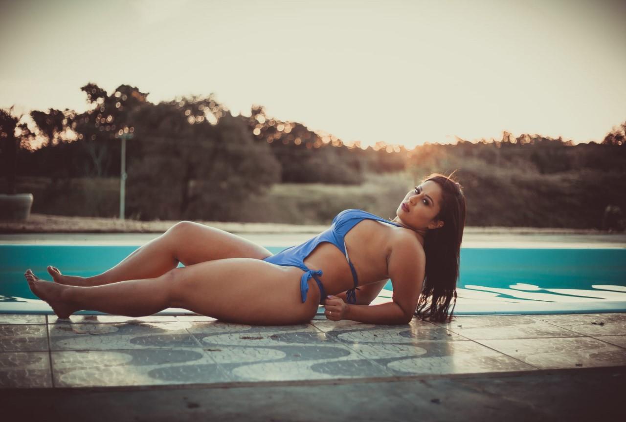 Modelo Mel Guimarães arrasa nas redes sociais com corpo escultural