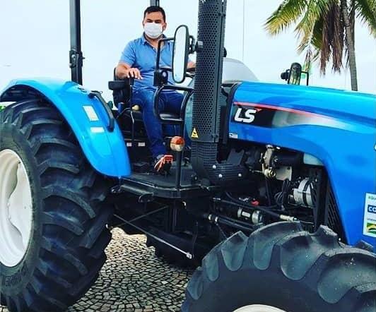 Prefeitura de Rio dos Bois recebe trator e implementos para fortalecer agricultura familiar no município