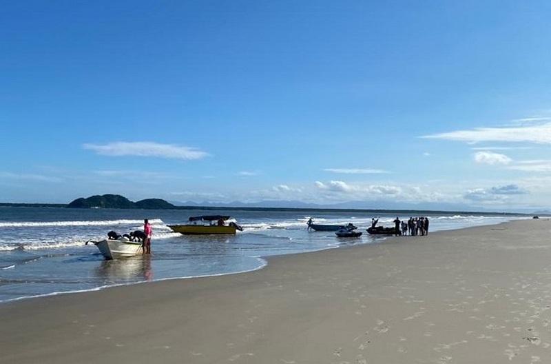 Criança de 6 anos salva três pessoas após barco virar no litoral do Paraná