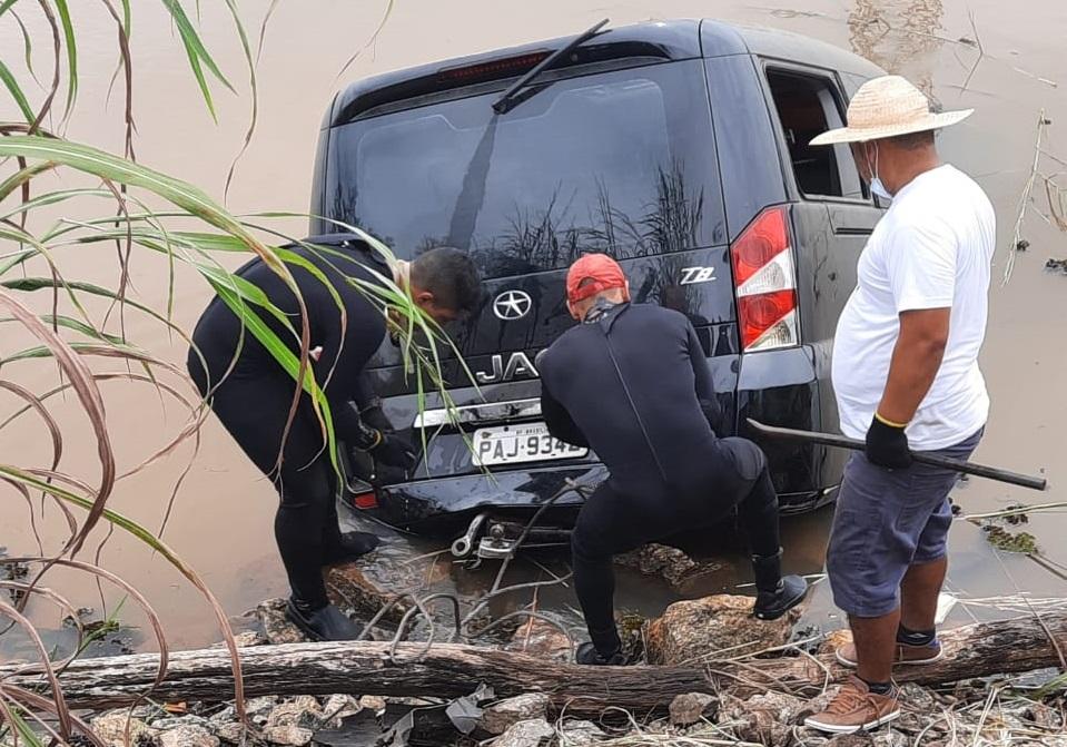 Motorista perde controle e carro mergulha no Córrego Água Suja; Corpo de Bombeiros realiza retirada