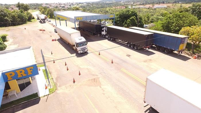 PRF Paraíso apreende comboio de 4 caminhões com carga ilegal na BR-153
