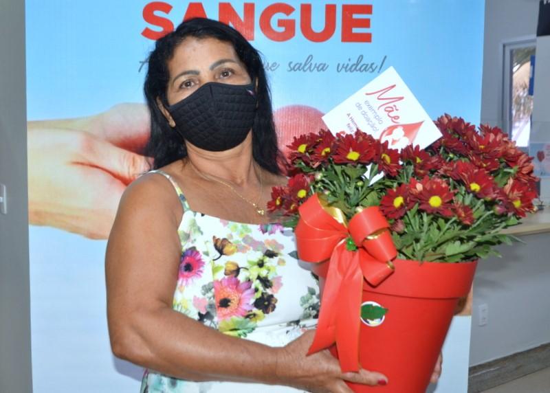 Hemocentro Coordenador de Palmas homenageia doadora em alusão ao Dia das Mães