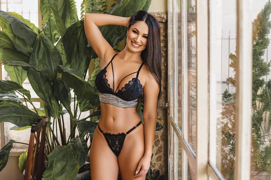 """Atriz das pegadinhas, Maria D'Avila posa sexy e revela bastidores das gravações: """"me divirto muito"""""""