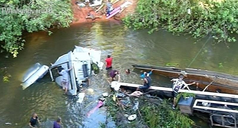 Acidente na BR-153 deixa caminhão submerso no rio Lajes, entre Araguaína e Wanderlândia