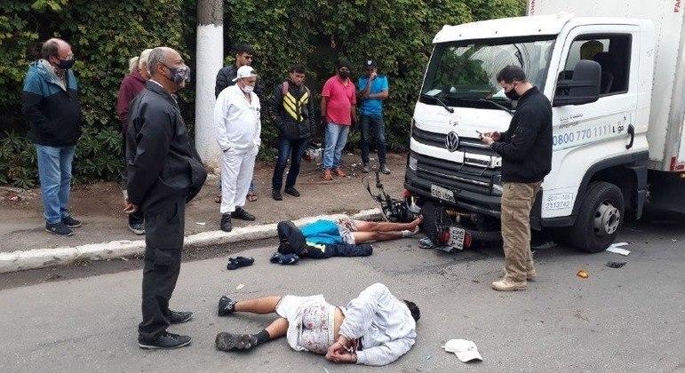 Caminhoneiro percebe tentativa de assalto e atropela suspeitos em SP