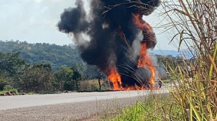 Carreta tanque pega fogo na saída norte da BR-153 no município de Paraíso TO