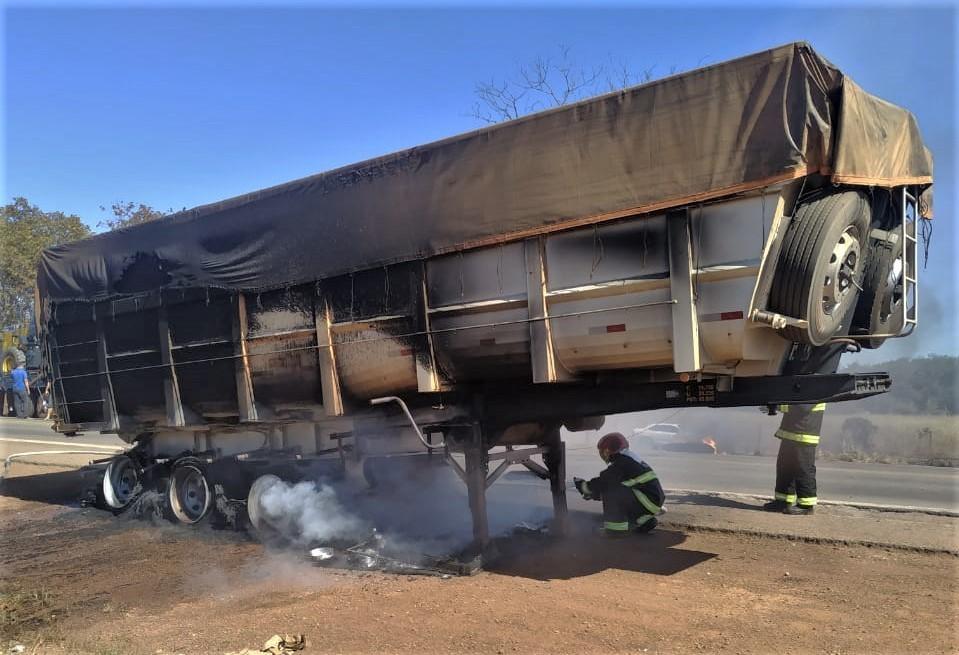Carreta bitrem pega fogo na BR-153 e bombeiros são acionados