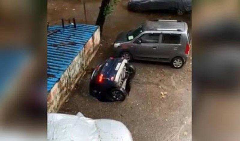 Assista: carro é engolido por sumidouro em estacionamento na Índia