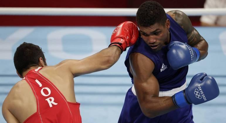 Abner Teixeira vence e garante primeira medalha do Brasil no boxe