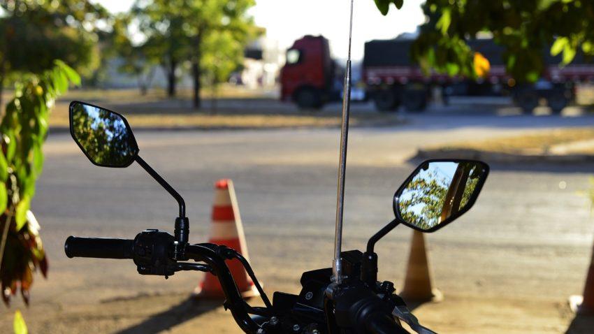Prefeitura de Palmas alerta motociclistas e ciclistas para perigos de linhas com cerol e chilena