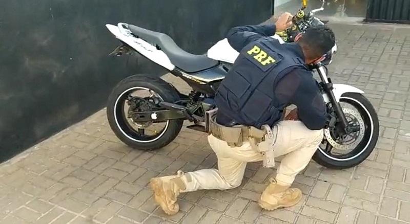 PRF apreende moto com placa clonada na BR-153 em Araguaína