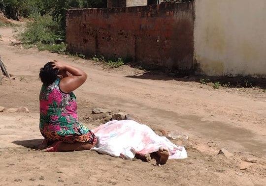 Jovem é morto a tiros; mãe chora ao lado do corpo e pede Justiça