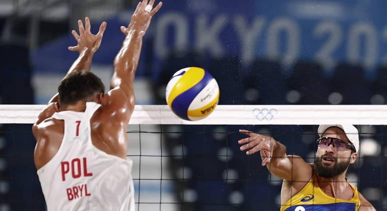 Bruno e Evandro vencem poloneses e mantêm 100% no vôlei de praia