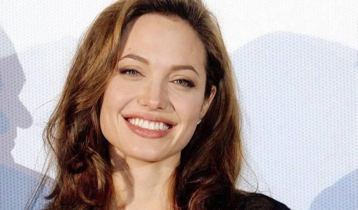 Angelina Jolie abraça sua filha após ida ao hospital