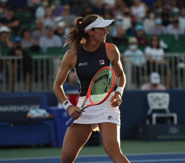 Luisa Stefani vence prêmio de melhor jogada do mês na WTA