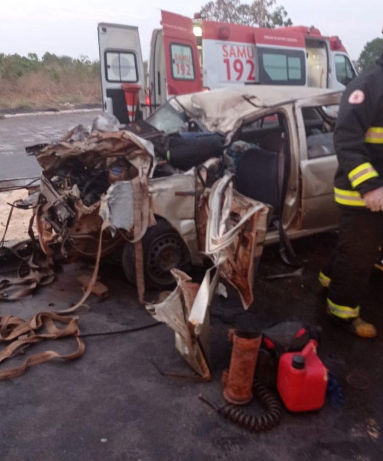Caminhoneiro foge após bater em carro e deixar motorista ferido no Sul do Tocantins