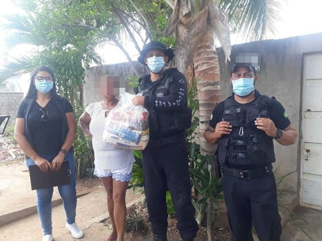 Seciju e Seduc entregam kits de alimentos à familiares de custodiados que estudam na Unidade de Segurança Máxima do Cariri
